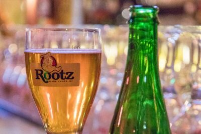 A full glass of geuze on the bar at Rootz