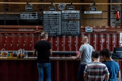 The bar and taplist at Kompaan Beer Bar