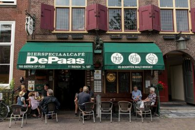 People relaxing outside of Bierspeciaal Café De Paas