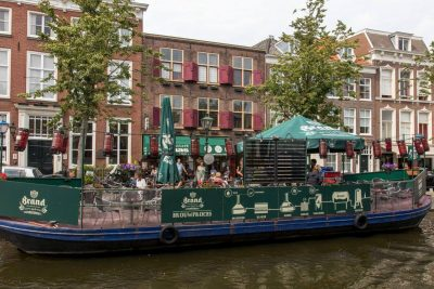 The barge in front of Bierspeciaal Café De Paas