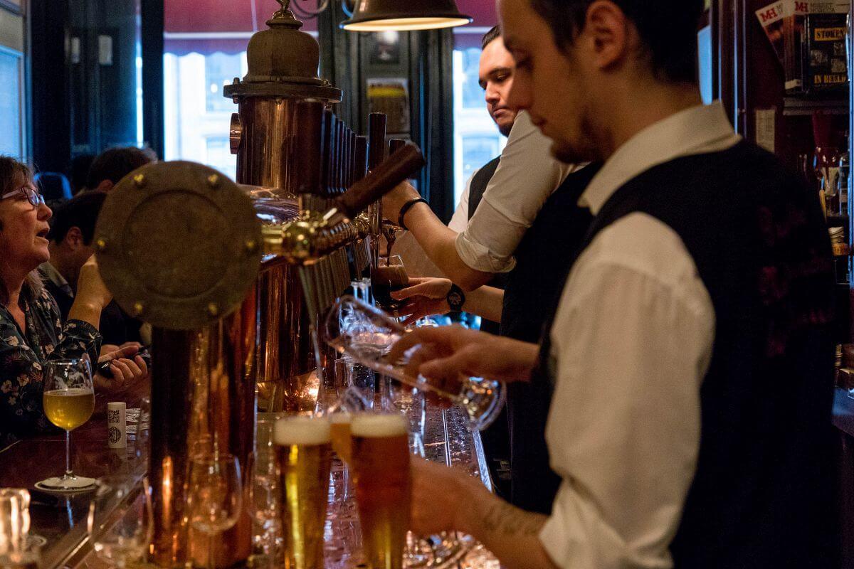 People working hard behind the bar at Proeflokaal Arendsnest